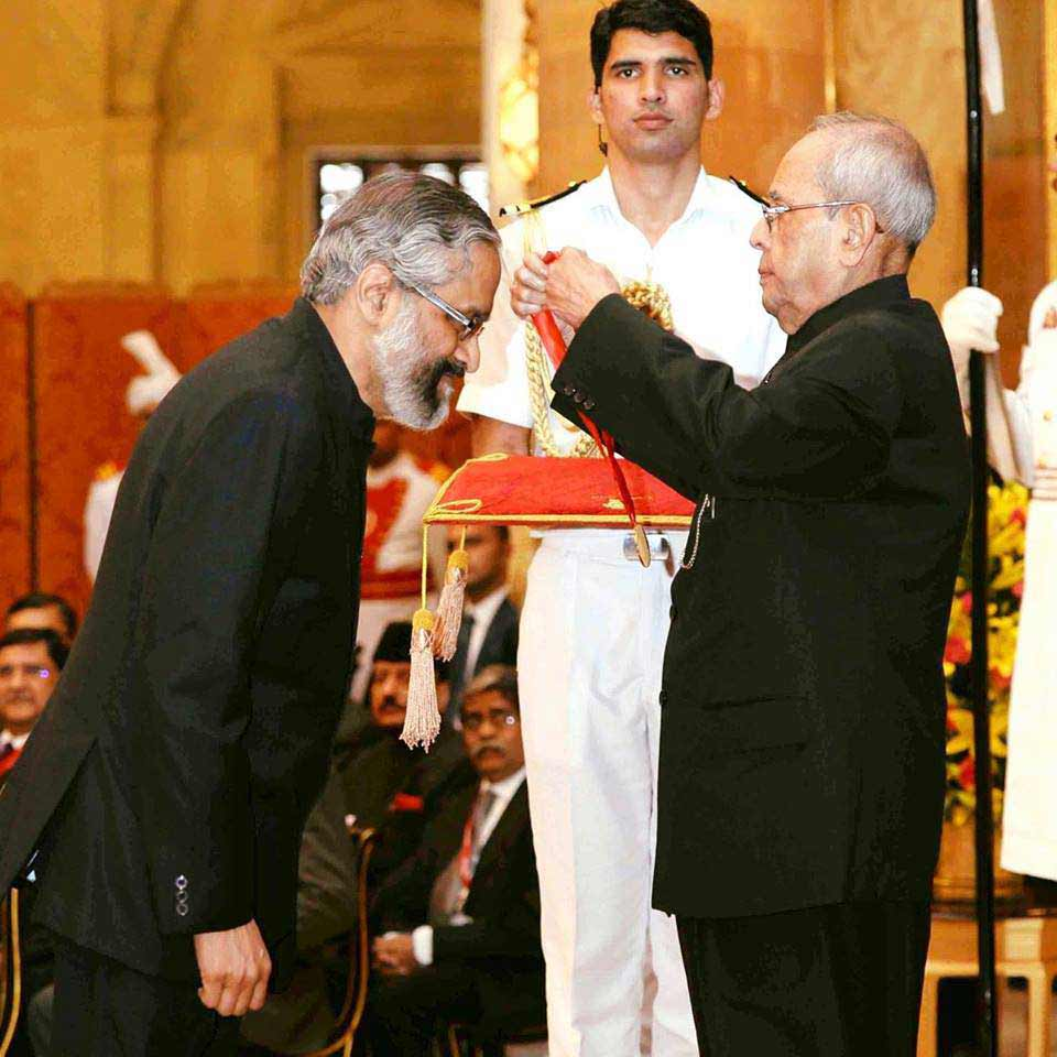 Shri Pranab Mukherjee presented Dr. B. C. Roy National Awards to Dr. Ambrish Mithal at Rashtrapati Bhawan, Delhi